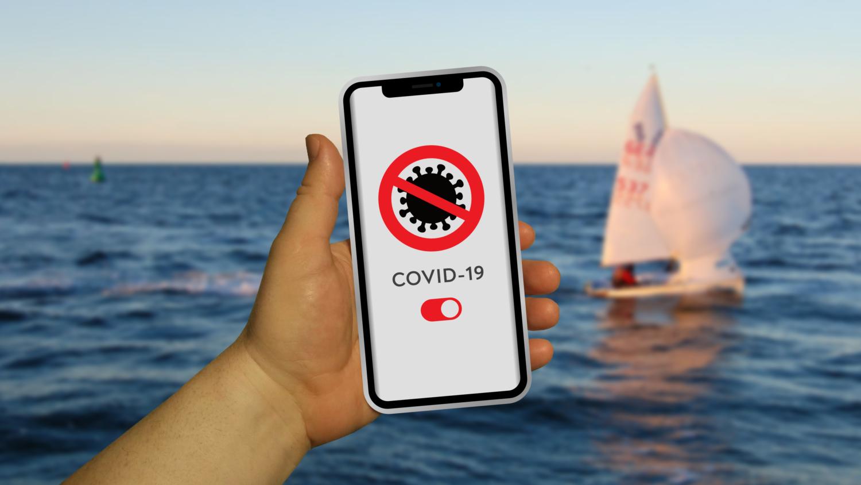 Gratis Download von iXimus.de: Bild der Corona-App mit Smartphone in Hand - Urlaub, See, Meer #000284