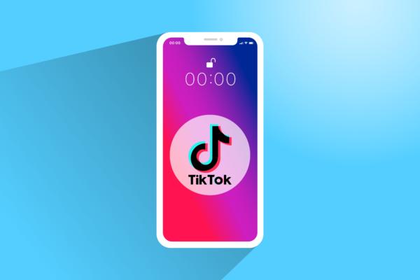 Gratis Download von iXimus.de: TikTok, App, Smartphone, iPhone, weiß, Symbolbild, blauer Hintergrund schattiert, #000319-5